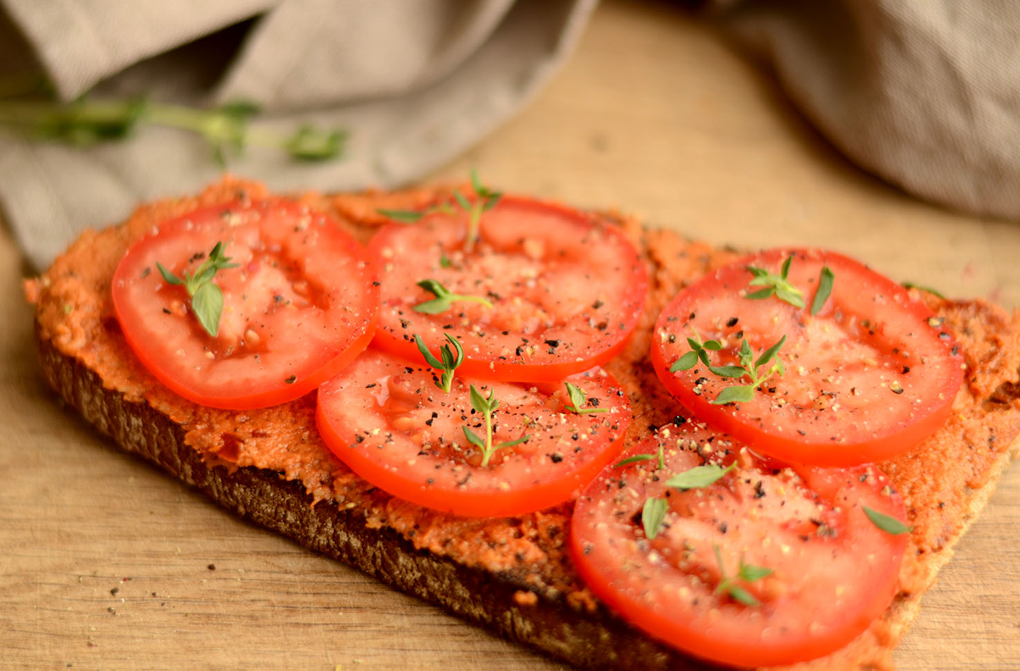 Pesto Rosso auf geröstetem Brot mit Tomaten