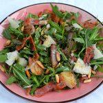 Rucola-Salat mit warmen Balsamico-Zwiebeln und Speck