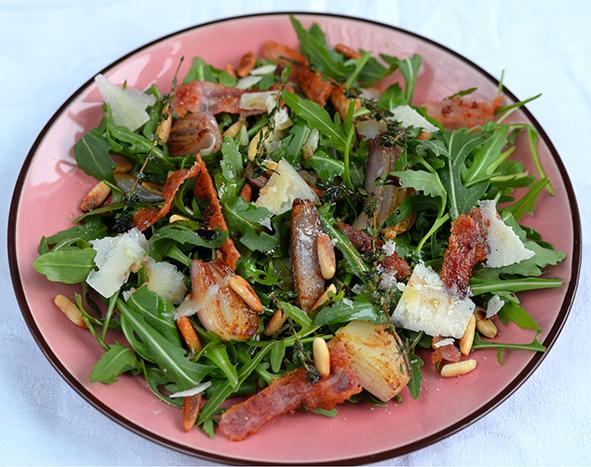 Rucolasalat mit warmen Balsamico-Zwiebeln und Speck