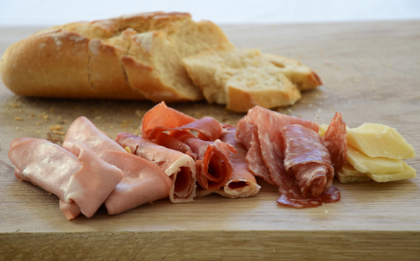 Antipasta-Aufschnitt: Mortadella, Salami, Parmaschinken, Pecorino