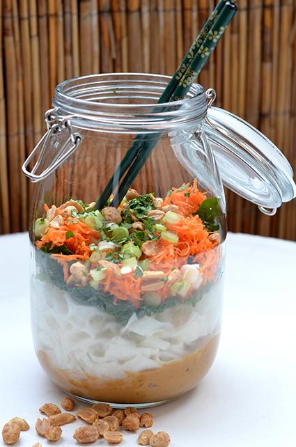 Nudelsalat im Glas mit Pak Choi und Saté-Sauce