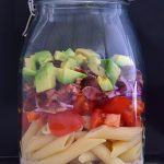 Nudelsalat im Glas mit Bacon und Avocado
