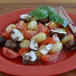 Quick-Lunch: Gnocchi mit Tomaten, Champignons und Camembert