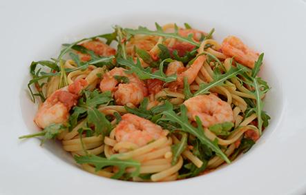 Tomaten-Linguine mit Garnelen und Rucola