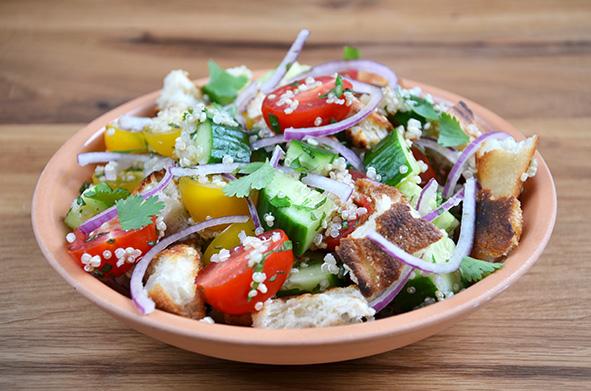 Quinoa-Tomaten-Brot-Salat nach Ottolenghi