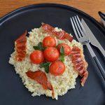 Graupenrisotto mit geschmorten Tomaten und knusprigem Schinken nach Björn Freitag