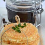 Parmesanplätzchen mit Zwiebelmarmelade