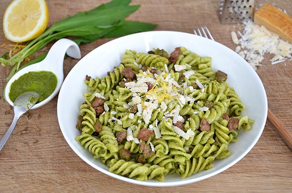 Bärlauch-Nudelsalat mit Salsiccia und Parmesan