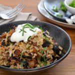 Brauner Reis mit karamellisierten Zwiebeln und schwarzem Knoblauch nach Ottolenghi