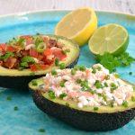 Zweierlei gefüllte Avocado: mit Tomaten-Bacon-Salat und Frischkäse-Lachs-Creme