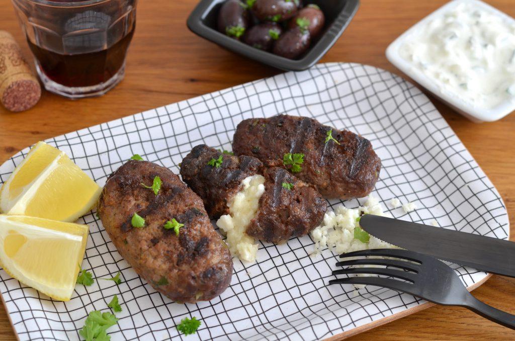 Bifteki mit Käse gefüllt dazu Zaziki