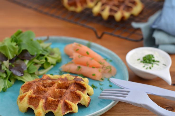 Kartoffelwaffeln mit Räucherlachs und Dip